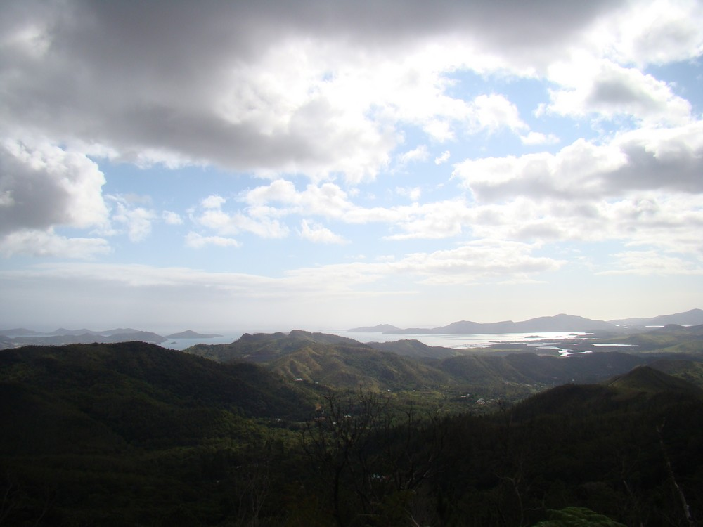 le lagon a travers les collines