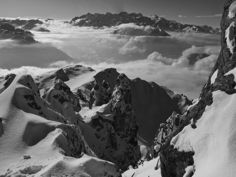 le massif du mont blanc dans le fond