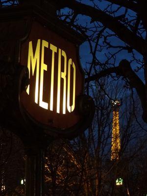 Le Métro et la Tour Eiffel