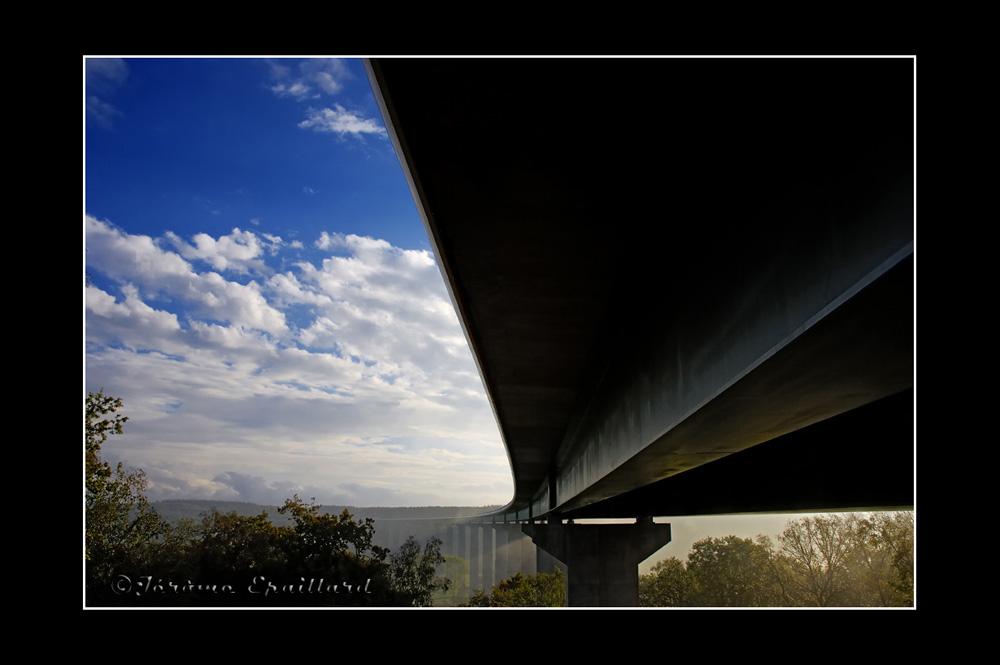 Le même pont sur l'A28 par dessous