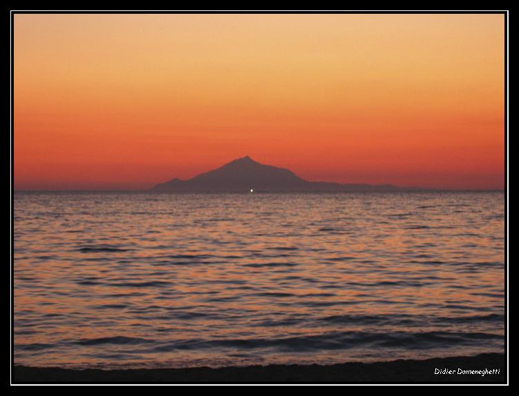 Le mont Atos vu depuis l'île de Lemnos en Grèce