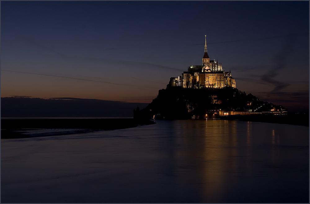 Le Mont-Saint-Michel in der Dämmerung