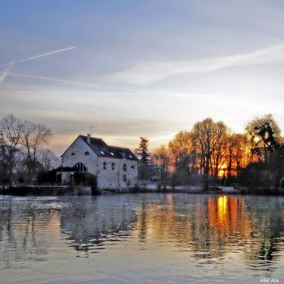 Le moulin vu à l'aube en hiver