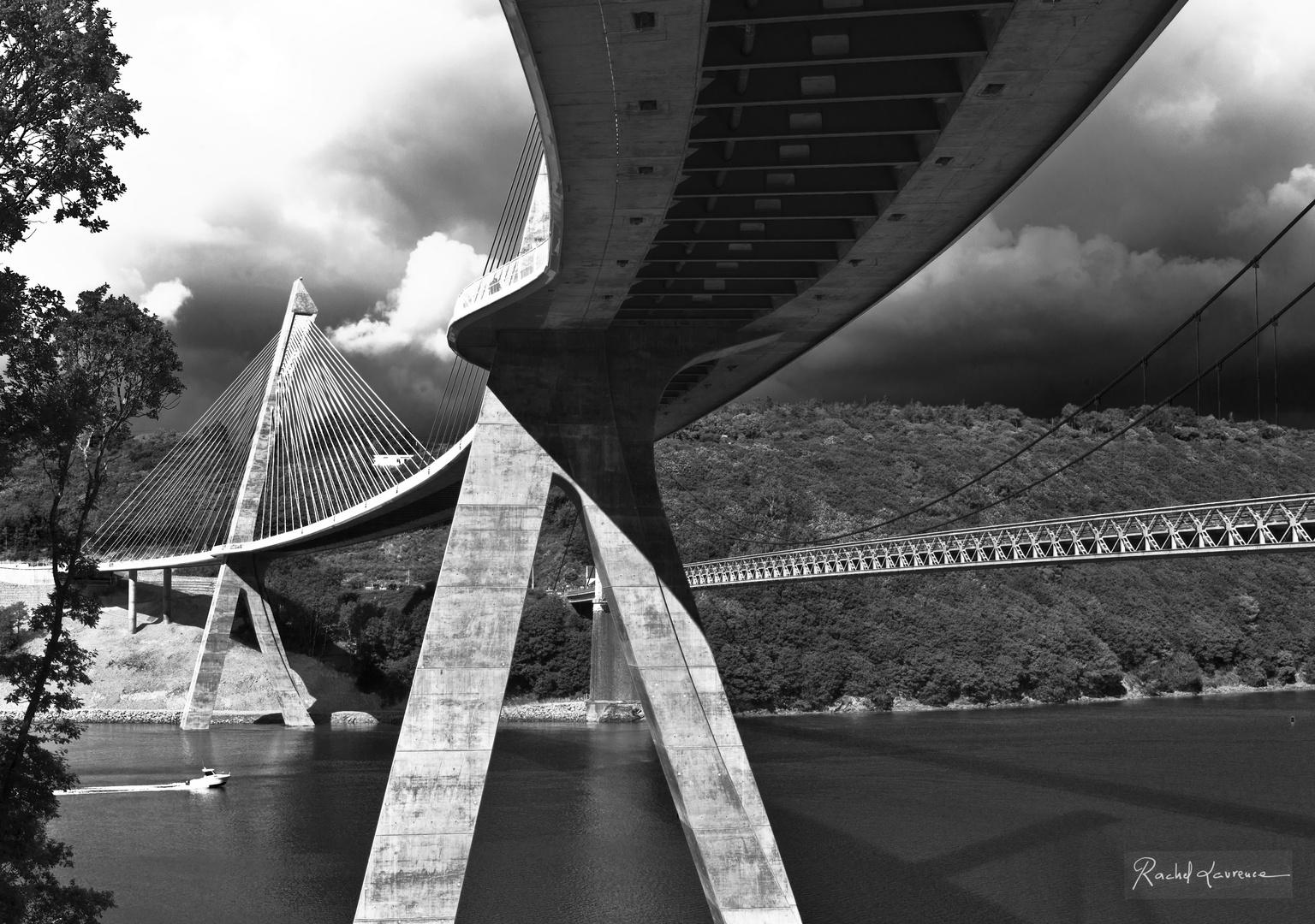 Le nouveau pont de Terenez à côté de l'ancien à droite.