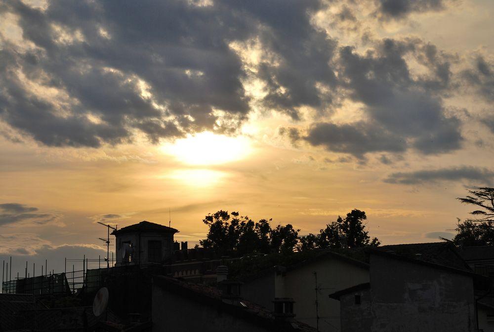 le nuvole scendono sulla citta by Eugen  Tudor