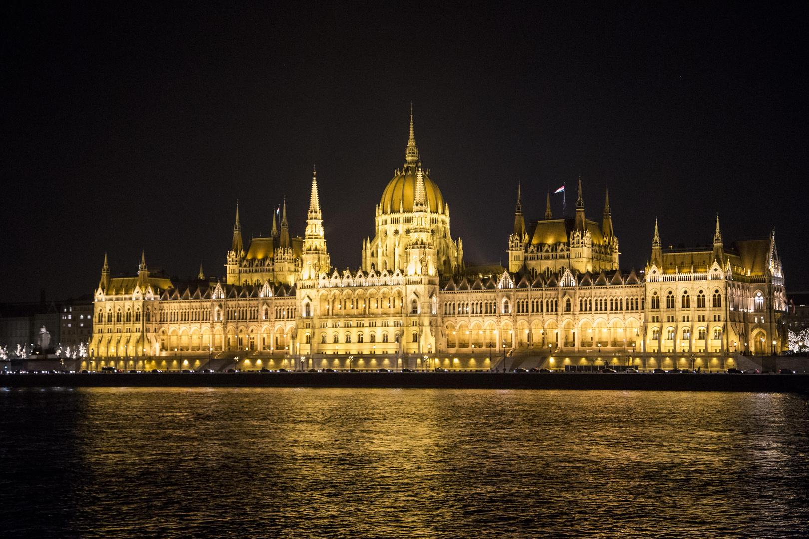 le parlement de Budapest vu de de nuit