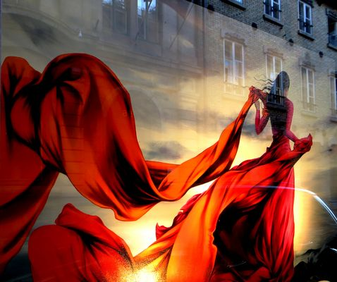 le passage de la dame en rouge