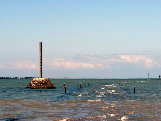 Le passage du Gois à Noirmoutier : chaussée submersible à marée haute.