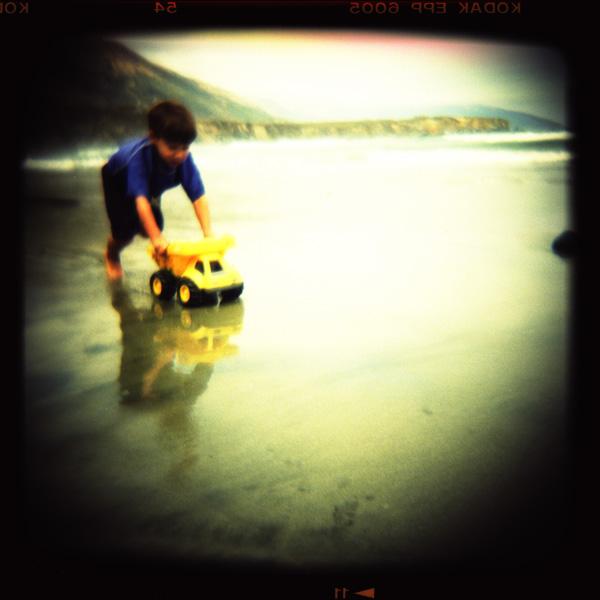 Le petit garçon et son camion jaune