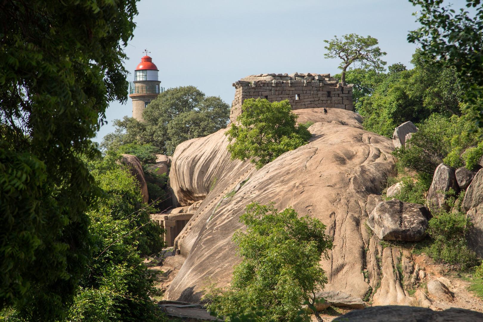 Le phare de Mamallapuram sur le rocher qui surplombe la plaine