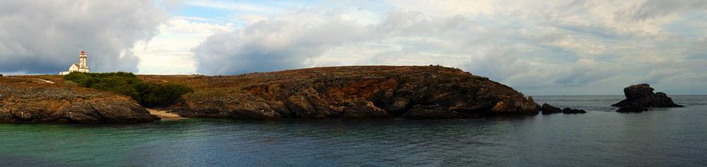 le phare des Poulains sur mer d'huile