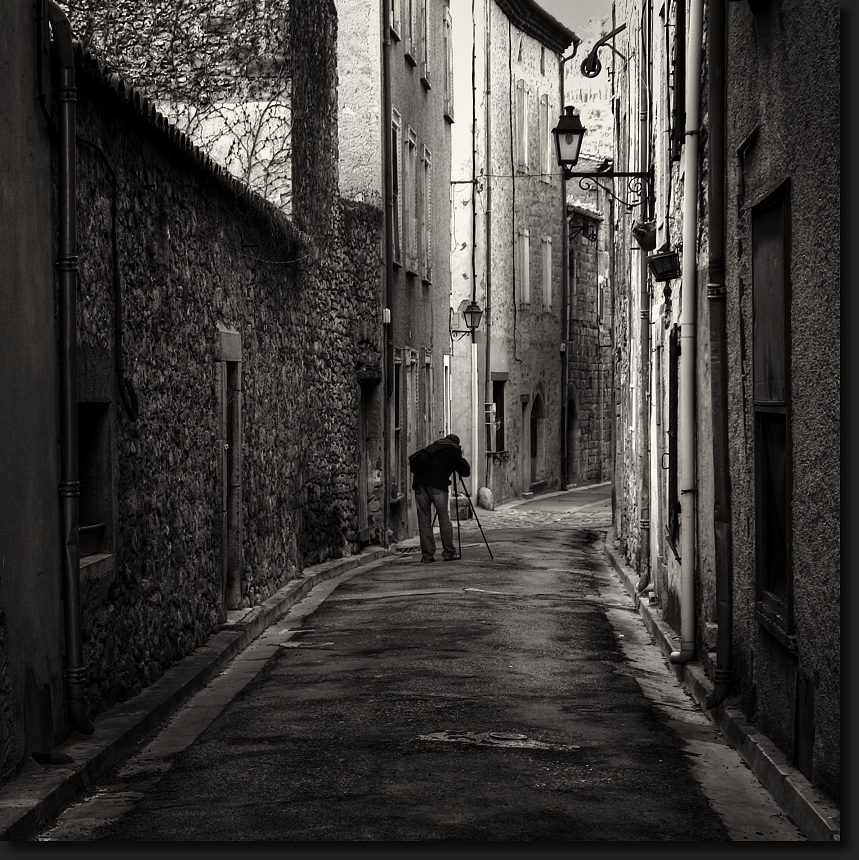 Le photographe dans la ruelle de Lagrasse