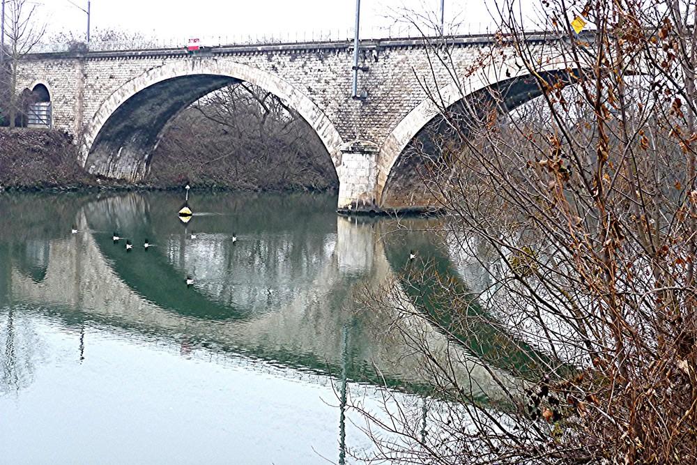 Le pont est sûr de réfléchir......Pas nous...!