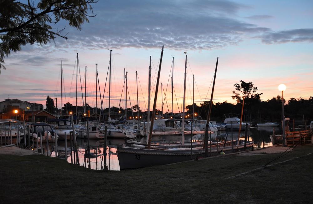 le port de Cassy-Lanton au levé du soleil
