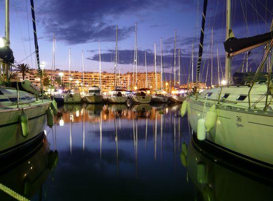 Le port de plaisance en nocturne