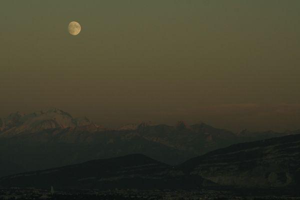 le soleil çe couche,la lune çe leve sur le mt-blanc et geneve