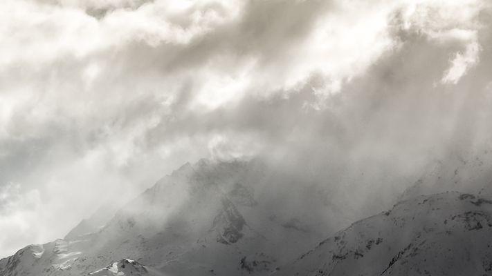 Le soleil embrasse la montagne