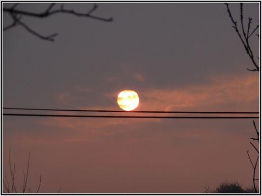 le soleil joue au funambule
