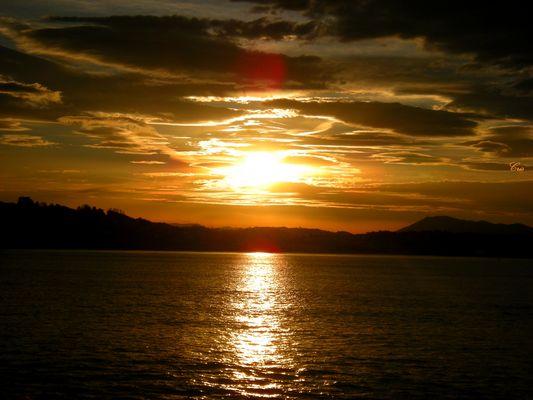 Le soleil perce le ciel.