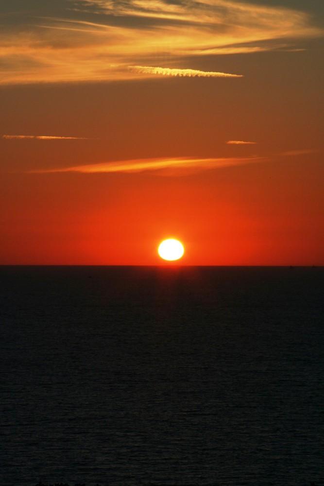 Le soleil plongeant dans la mer