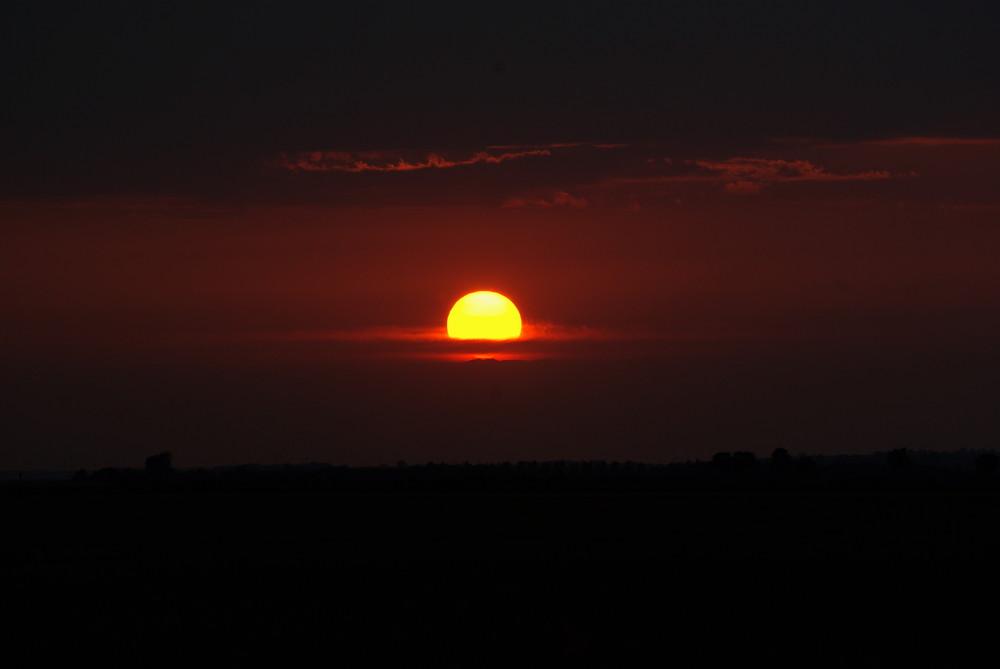 Le soleil se couche, il descend ...C'est la nuit qui dominera bientôt ce ciel