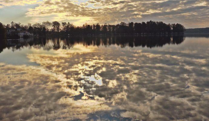 Le soleil se lève sur le lac