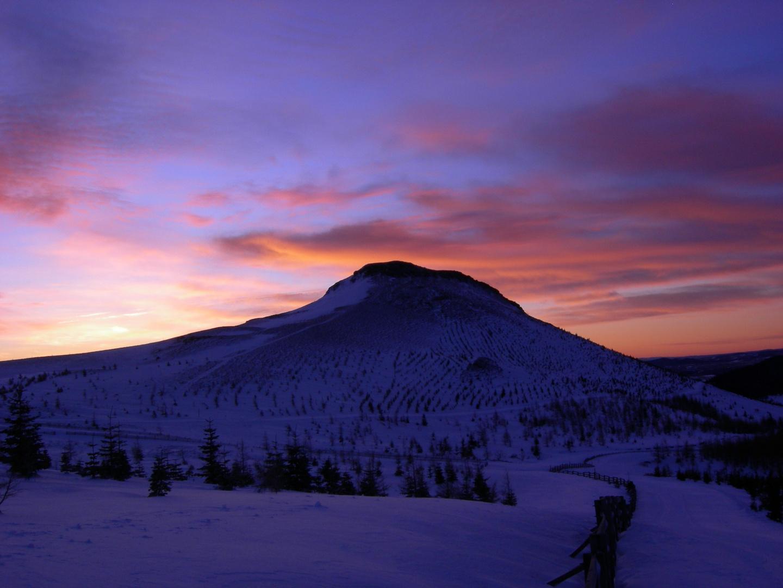 le soleil se lève sur le puy chambourguet (63)