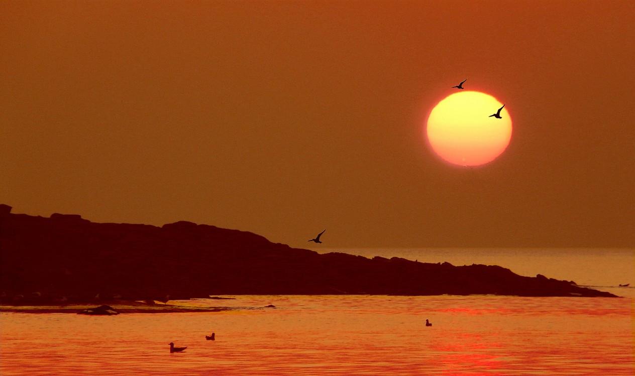 le soleil va flirter avec la mer