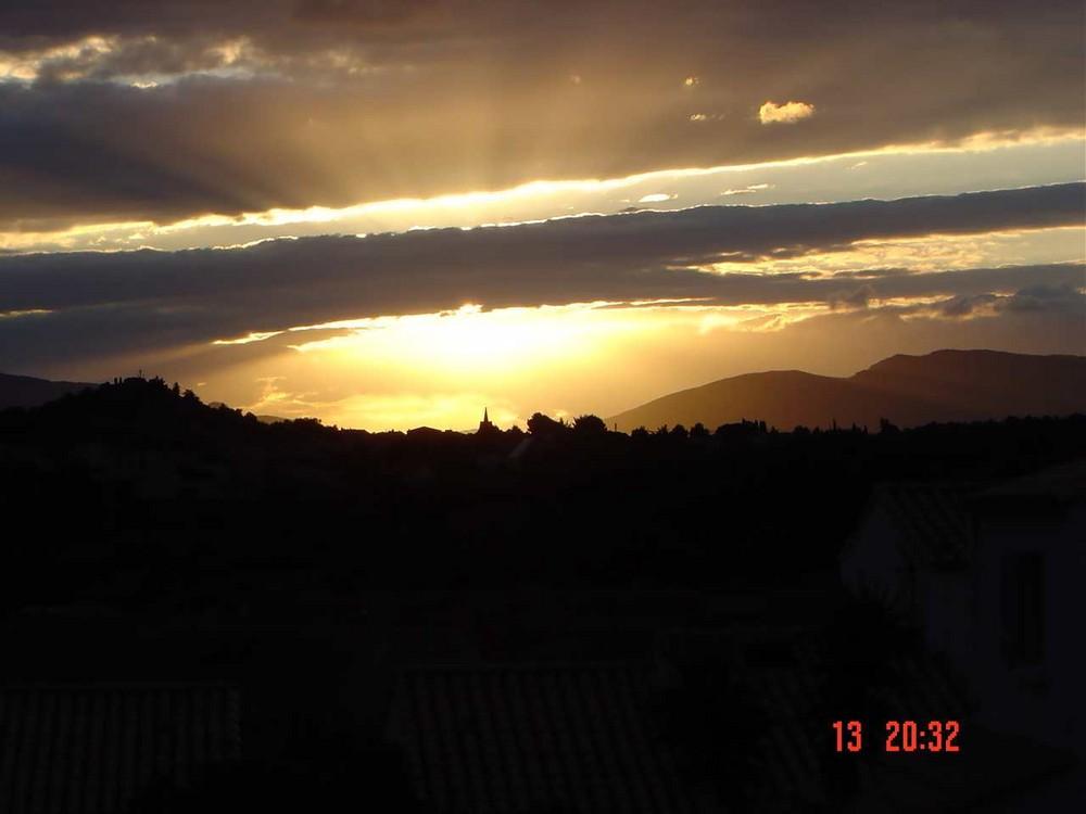 Le soleil va se coucher sur les Corbières et Leucate village