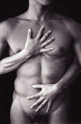 Le torse aux mains de femme