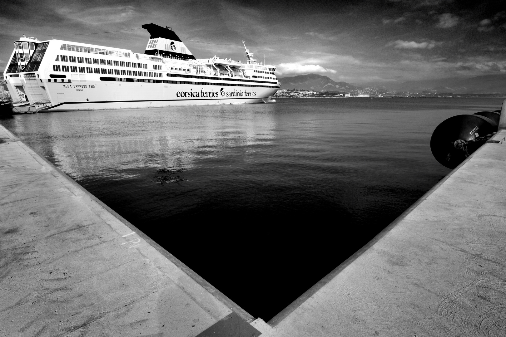 Le triangle parfait du port de commerce Charles d'Ornano à Ajaccio
