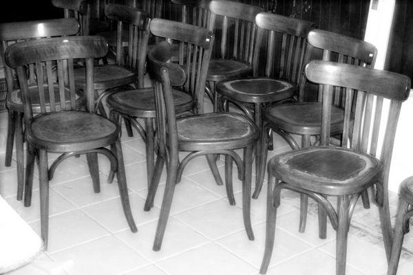 Le troupeau de chaises à décaper