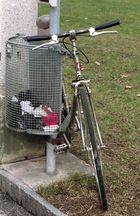 Le vélo et la poubelle