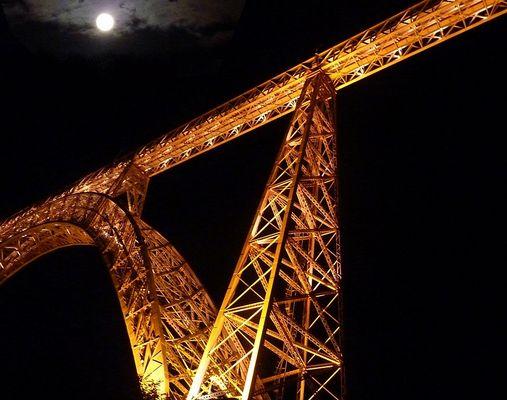Le viaduc de Garabit de nuit