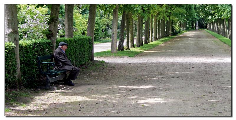 Le vieil homme, la solitude ou sur le bord du chemin (choisissez votre titre)