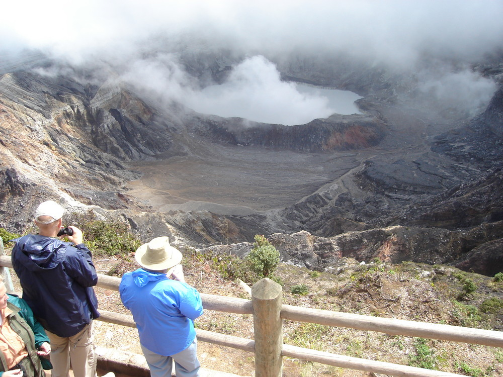 Le volcan POAS au Costa Rica, attraction pour les touristes