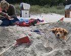 Lea im Sand vergraben