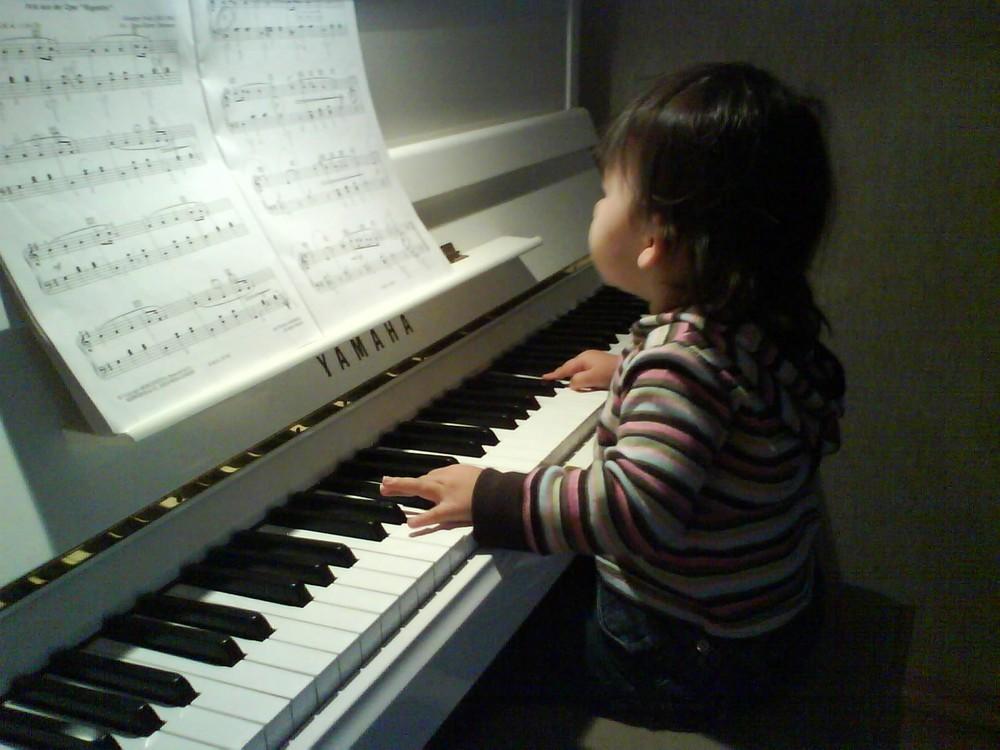 Lea-Marie tunes on Piano