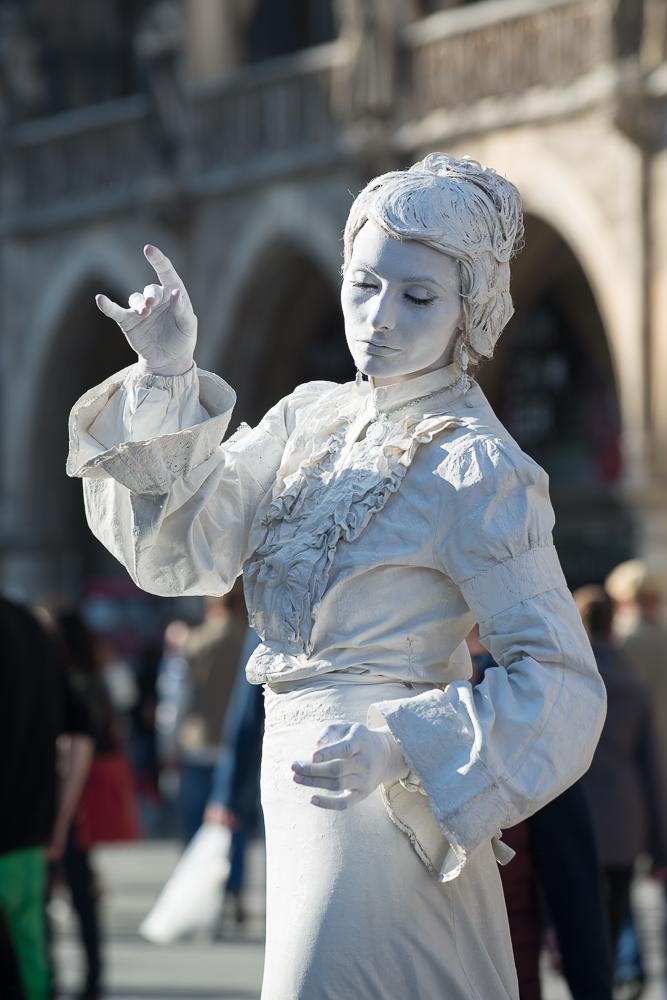 Lebende Statue in Weiß 01