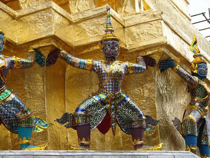 Lebensgroß und farbenfroh, im Wat Phra Kheo
