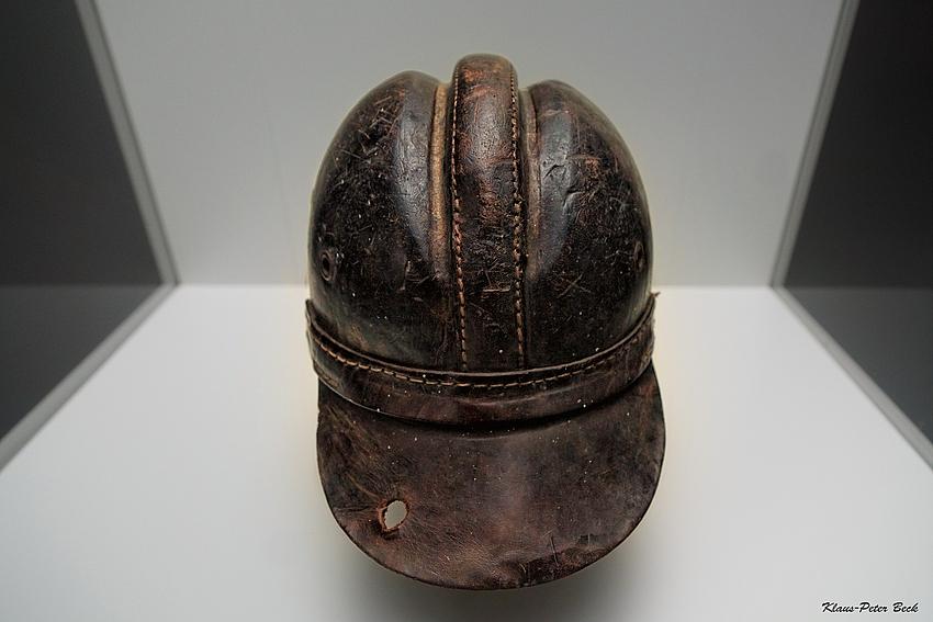 Lederner Helm
