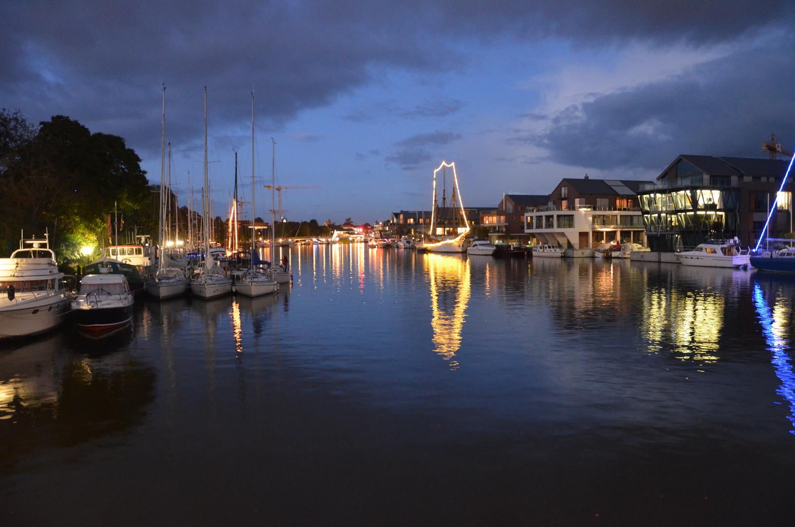 ... Leeraner-Hafen bei Nacht