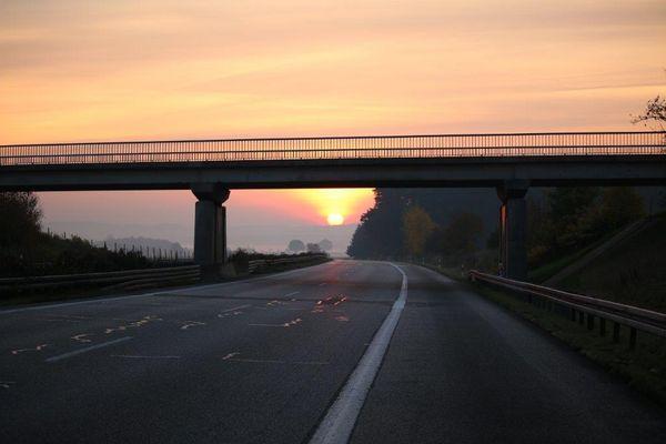 Leere Autobahn am Morgen