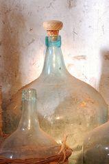 leere eingestaubte Weinflaschen