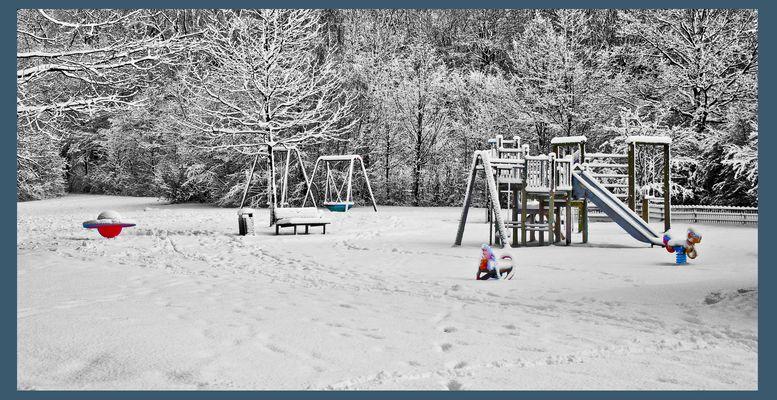 leerer Spielplatz im Winter
