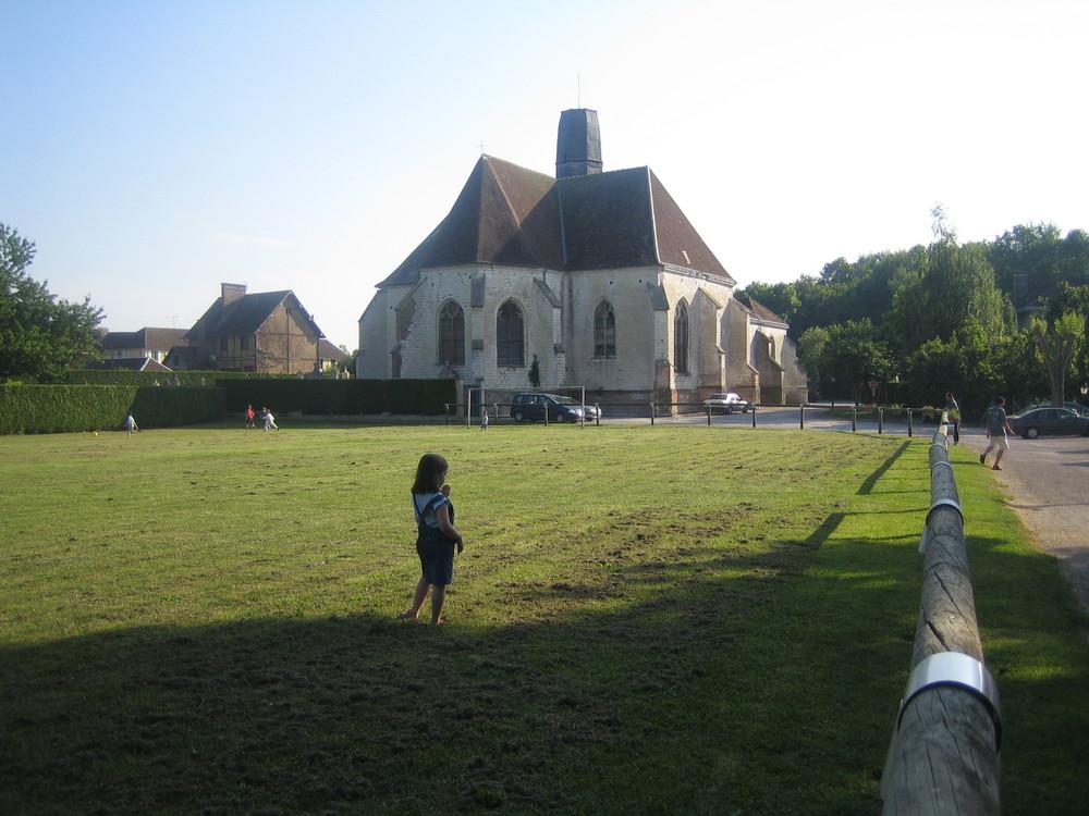 L'église de Saint-Léger-près-Troyes vue du stade.