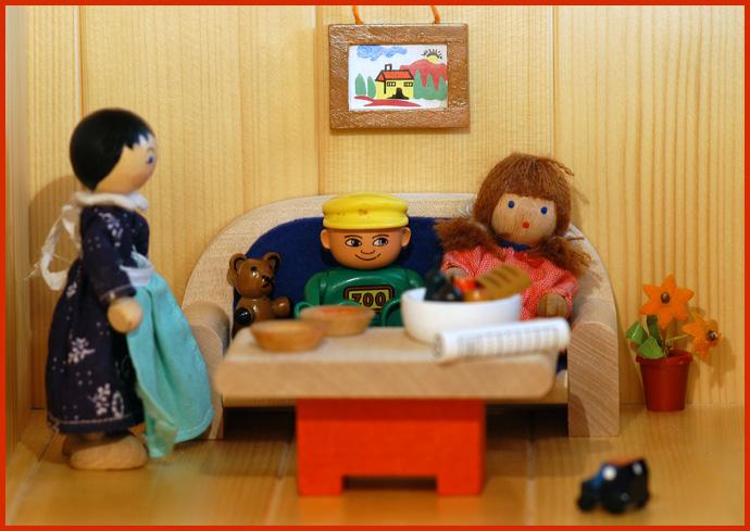 Lego-Leo zu Besuch im Puppenhaus