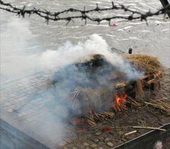Leichen brennen am Ufer des Bagmati