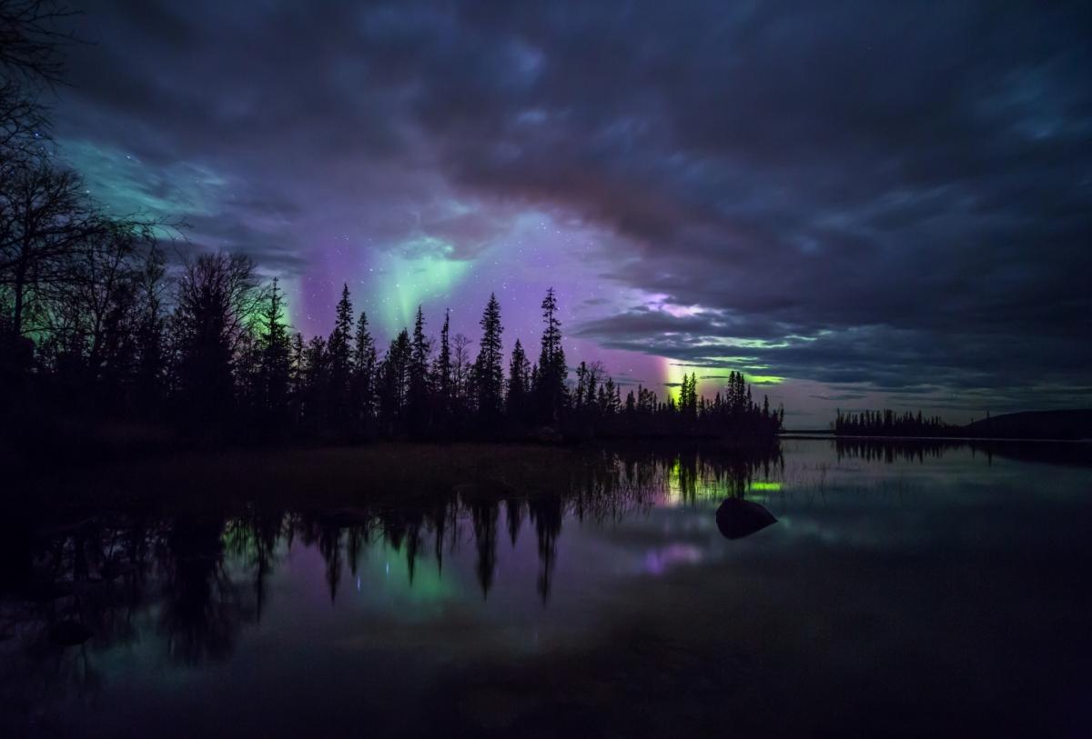 Leichtes Nordlicht bricht durch die Wolkendecke