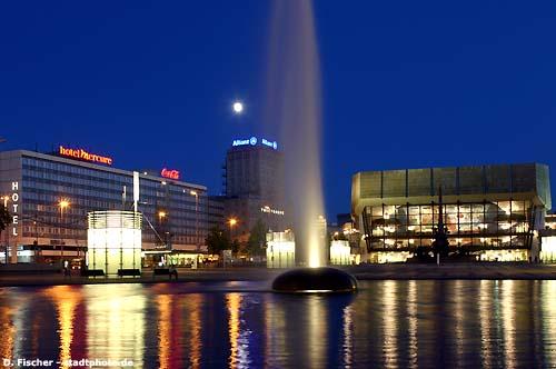 Leipzig, Augustusplatz bei Nacht.